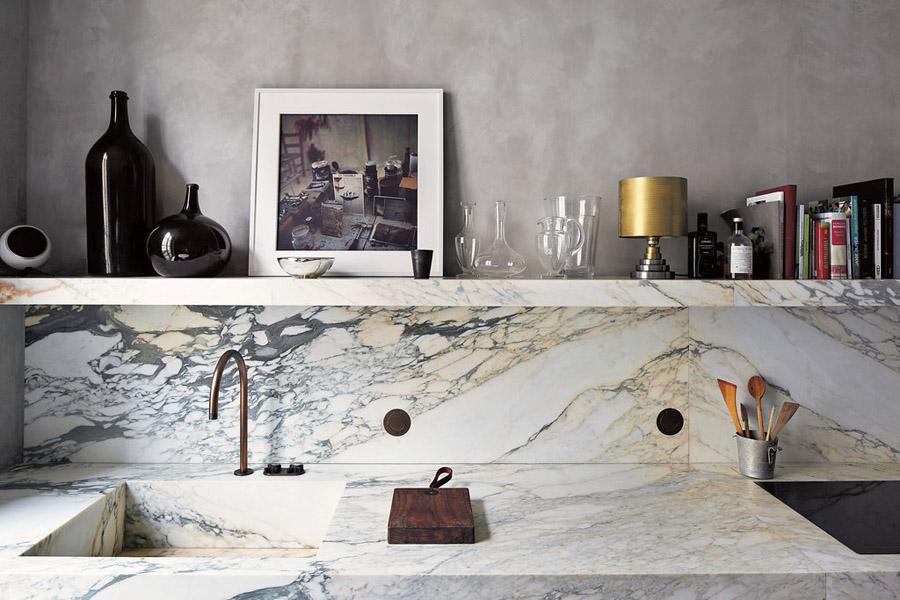 Joseph-Dirand-Parisian-minimalist-apt-kitchen-marble-open-shelf